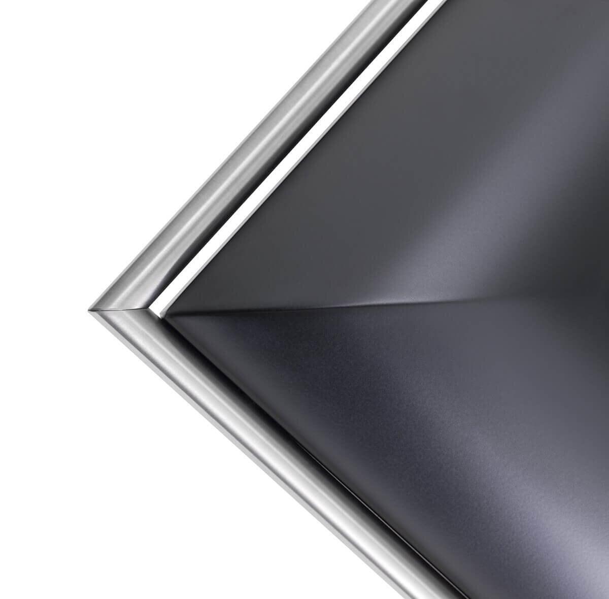 Detaljer på frihängande köksfläkten Mixer i svart med rostfria detaljer.