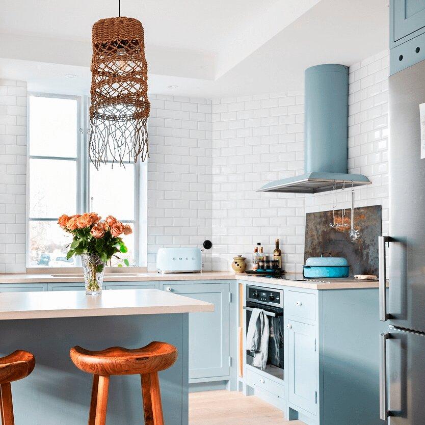 Vägghängda köksfläkten Blender i turkost utförande i ett retrokök med matchande köksinredning och vitt kakel.