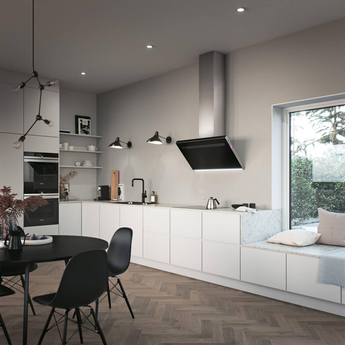 Vertikala vägghängda köksfläkten Solo i svart utförande för kontrast mot vita köksluckor i modern köksmiljö.